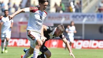 Luganos Domen Crnigoj kommt im Duell mit Marco Mathys zu Fall