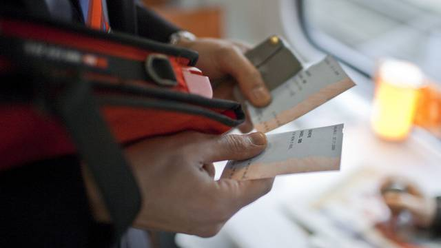 Ein SBB-Kondukteur kontrolliert Billette (Archiv)