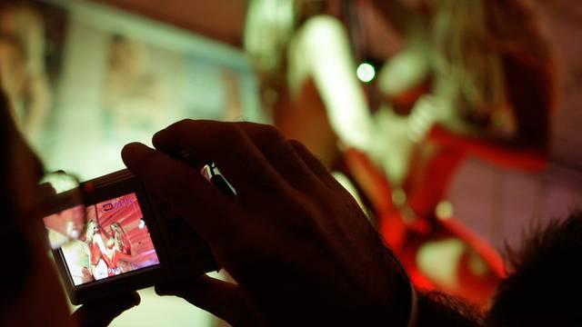 Ein junger Mann forderte von 14- und 15-jährigen Mädchen Nacktbilder und Videos mit explizitem Inhalt (Symbolbild)
