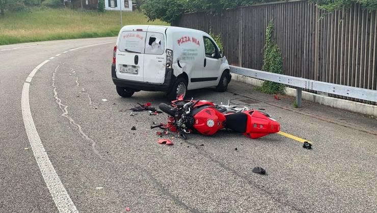 Am Freitagabend geriet ein Neulenker in Strengelbach mit seinem Lieferwagen schleudernd auf die Gegenfahrbahn und stiess dort heftig mit einem entgegenkommenden Motorradfahrer zusammen.