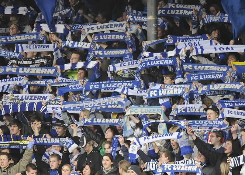 Die Fans unterstützen den FC Luzern.
