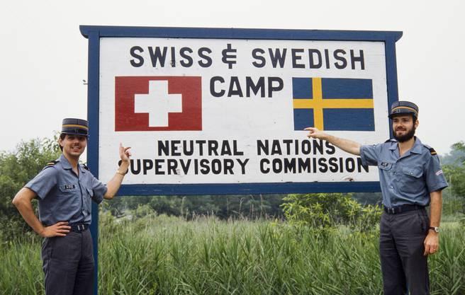Ein Bild aus dem Archiv: Oberleutnant Rene Häusler, links, und Oberleutnant Daniel Furrer, rechts, posieren vor dem Eingang des Camps der schweizerischen und schwedischen Delegation in Panmunjom am 19. Juli 1983.