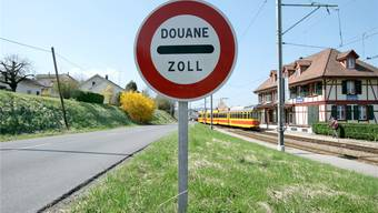 Wenn ein Tram der Linie 10 die Station im französischen Leymen in Richtung Rodersdorf verlässt, sind Grenzverläufe ziemlich obsolet.Martin Rütschi/Keystone