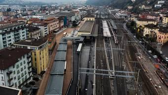 Blick auf den Bahnhof Bellinzona und den neuen Umsteigebahnhof mit Busstation.