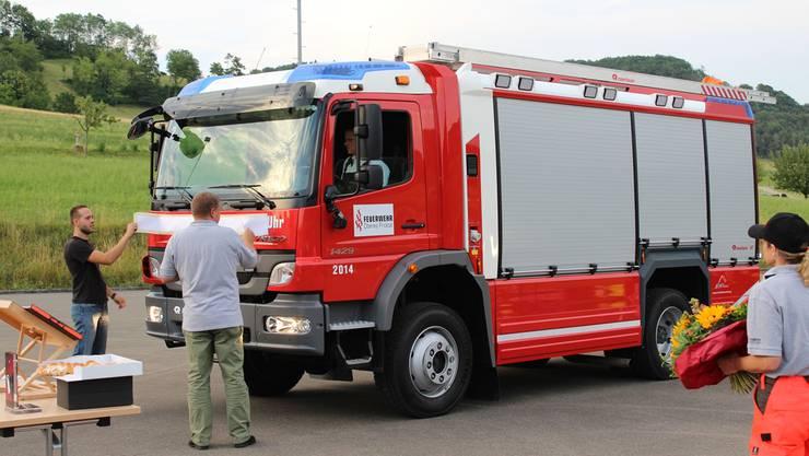 Das neue Tanklöschfahrzeug wurde auf dem Schulhausplatz eingeweiht.