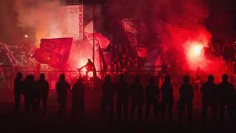Einige FCZ-Fans wollten während des ersten Stromausfalls den Aarauer-Fanblock stürmen.