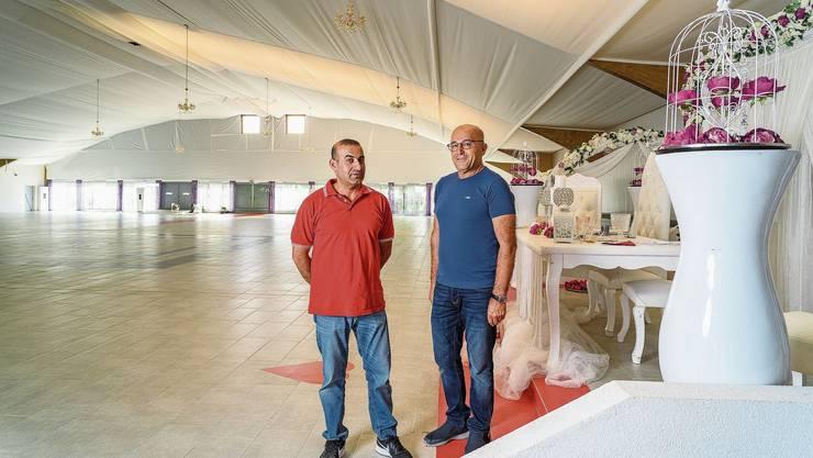 Tahir Fesli (rechts, im Bild mit Schwager Hüseyin Vural) kaufte die ehemalige Lengnauer Tennishalle vor zwei Jahren.