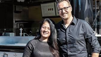 Tran Nguyen und Partner Cyrill Hess vor ihrem «Swiss Saigon» in Buchs.
