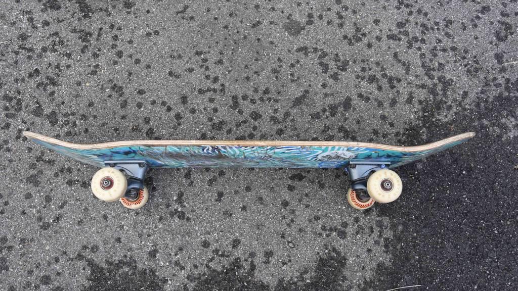 17-Jähriger stürzt mit Skateboard – schwere Kopfverletzungen