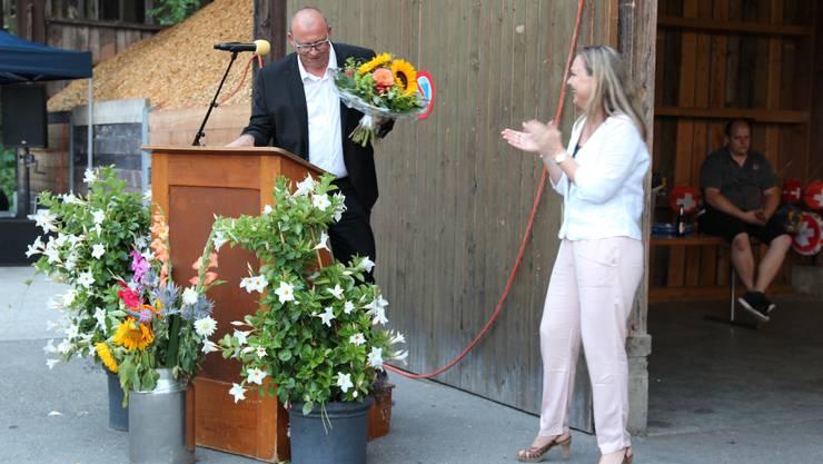 Die CVP-Gemeinderätin Janine Vannaz übergab als Dank für seine Rede einen Blumenstrauss an Kantonsrat Martin Romer.