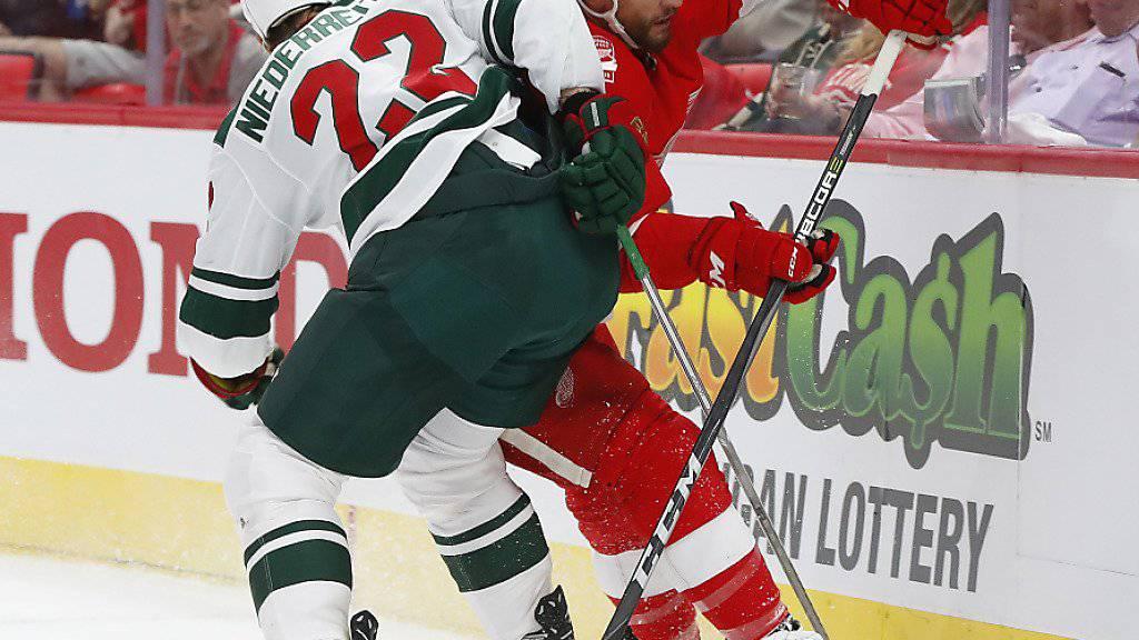 Der Bündner Nino Niederreiter bei einem Check in einem früheren NHL-Spiel