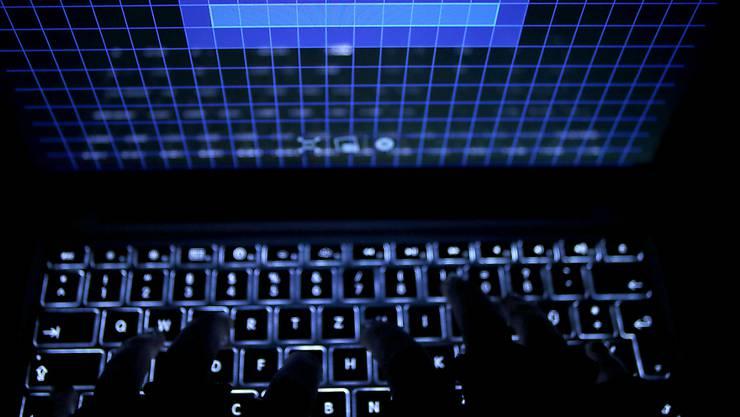 Cyber-Kriminelle versuchen derzeit, die Ängste der Bevölkerung vor dem Coronavirus auszunutzen. Unzählige Phishing-Emails im Namen des Bundesamtes für Gesundheit haben Betrüger in jüngster Zeit verschickt. (Archivbild)