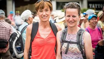 Leserwandern: Nationalrätin Ruth Humbel und die Birmenstorfer Gemeinderätin Marianne Stänz singen das Birmenstorfer Lied.