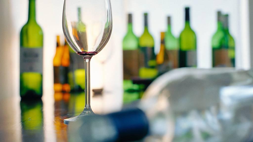 Schweizerinnen und Schweizer trinken Kopf und Jahr durchschnittlich 11,5 Liter reinen Alkohol. (Symbolbild)