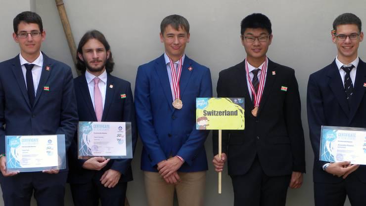 Das Schweizer Team an der Internationalen Physikolympiade (von links): Tamar Som (Kanti Baden), Pascal Isenring, Adrian Rutschmann, Henning Zhang (Kanti Wettingen) und Alexandre Pinazza.