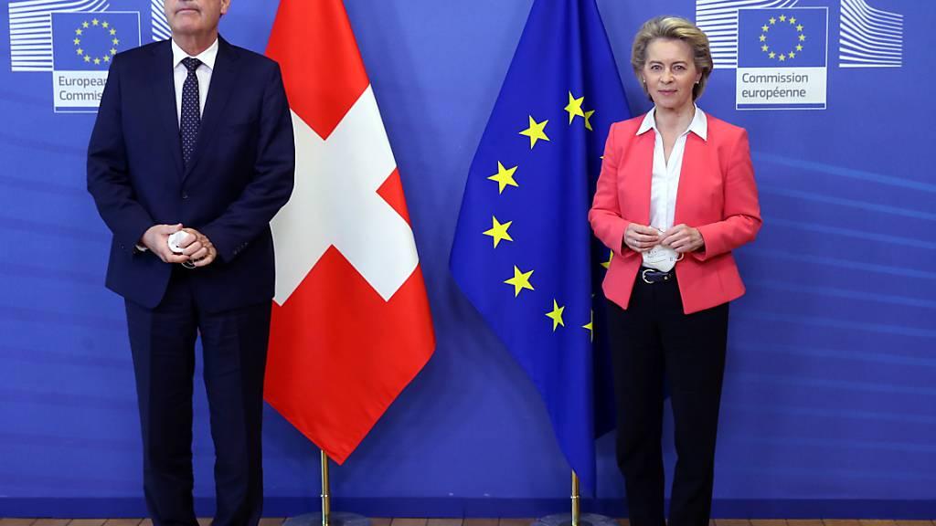 Bundespräsident Guy Parmelin (l) und EU-Kommissionspräsidentin Ursula von der Leyen letzten Freitag in Brüssel: Die Situation ist festgefahren, daher sollen die Verhandlungen Schweiz-EU zum institutionellen Rahmenabkommen am 11. Mai auf die Agenda der Europa-Minister kommen.  (Archiv)