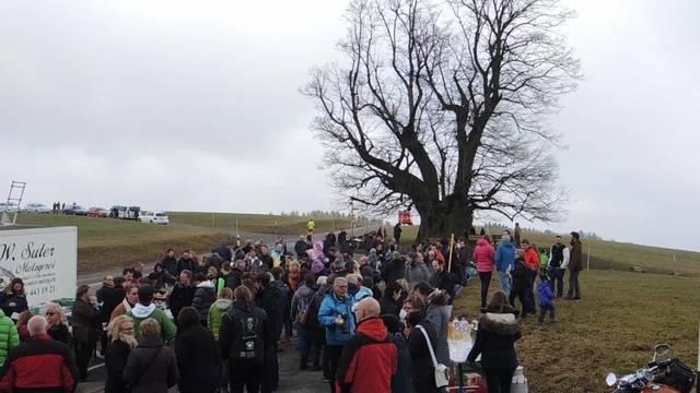 Zahlreiche Bestatter-Fans kamen zum Abschiedsfest bei der Linner Linde