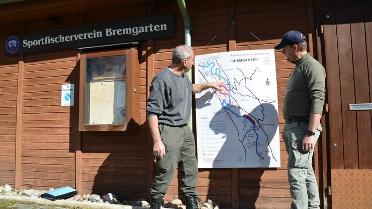 Präsident Patrick Grau (links) und Vizepräsident Stephan Ineichen besprechen an der Übersichtskarte der Fischenz Bremgarten die Einsätze der verschiedenen Abfallsammelequipen.