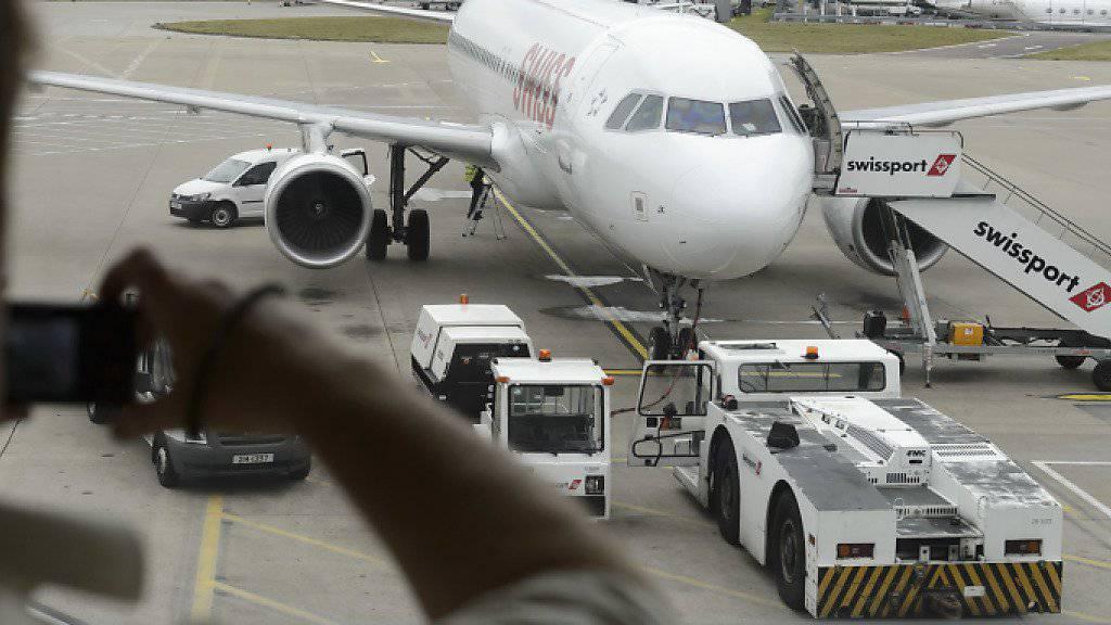 Die beschädigte Swiss-Maschine am Flughafen Luton kann die SFV-Delegation nicht nach Zürich zurückbringen