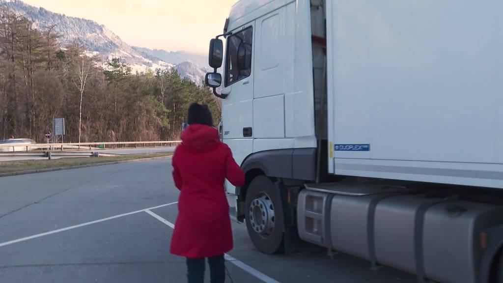 Gestrandete Lastwagen: Helfer verpflegen Chauffeure