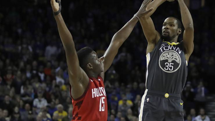Clint Capela (im roten Dress der Houston Rockets) stellt sich Golden States Kevin Durant in den Weg