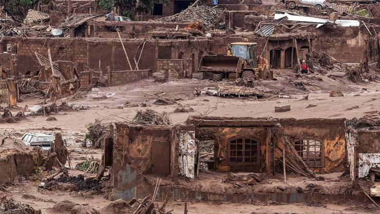 Arbeiter suchen nach Überlebenden nach dem katastrophalen Dammbruch in Bento Rodrigues, doch die Hoffnungen schwinden.