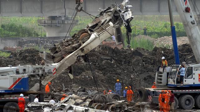Rettungskräfte bergen einen Teil des Wracks nach dem Zugunglück in China