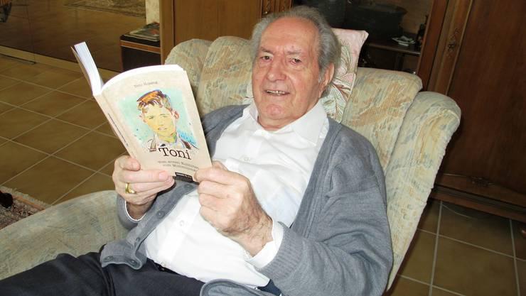 Toni Hosang mit seiner Autobiografie