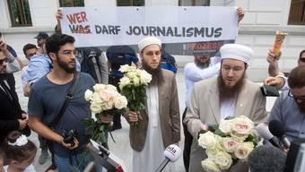 Das Bundesstrafgericht hat Naim Cherni, Vorstandsmitglied des IZRS und der Macher von zwei umstrittenen Videos, der unerlaubten Propaganda für Al-Kaida und verwandter Organisationen schuldig gesprochen. Er erhält eine bedingte Freiheitsstrafe von 20 Monaten.  Die Gemeinde um den IZRS-Verein hat sich vor Gericht versammelt und unterstützt ihre Mitglieder.