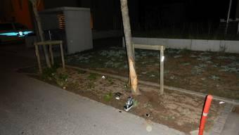 Das Auto prallte in diesen Baum an einer Quartierstrasse in Oftringen.