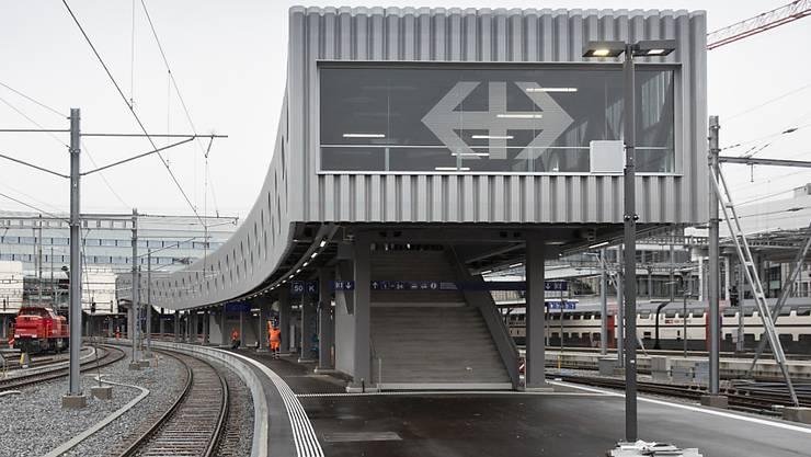 Der Steg bei der neuen Perronverlängerung am Bahnhof Bern. Er führt auf das Gleis 49/50, das bei Bieler Pendlern für Unmut sorgt.