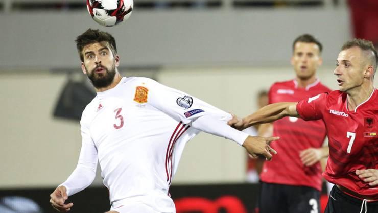 Gerard Piqué köpfelt den Ball aus der Gefahrenzone