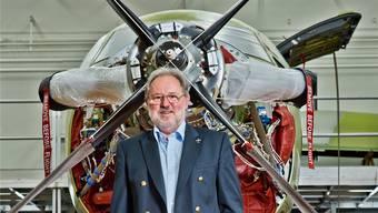 Oscar J. Schwenk in der Werkhalle 1 der Pilatus Flugzeugwerke vor einem PC 12 NG.