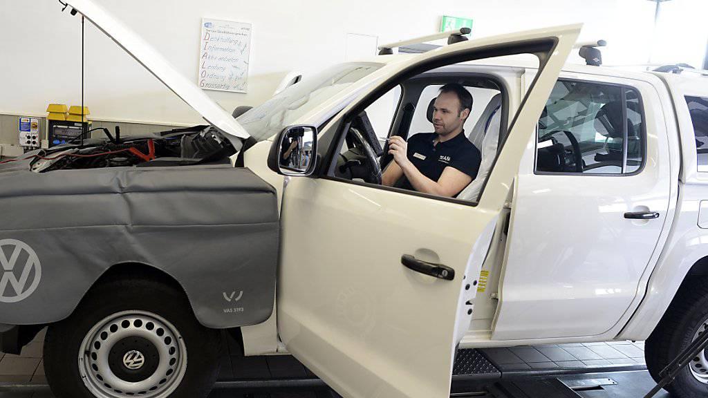 Bisher wurden in der Schweiz rund 100'000 Diesel-Fahrzeuge von VW mit Software-Updates umgerüstet. Die Amag in Dübendorf investiert dafür pro Fahrzeug durchschnittlich 45 Minuten bis eine Stunde Arbeit.