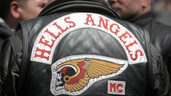 Die Staatsanwaltschaft warf einem Hells Angels Mitglied vor, am 8. Dezember 2011 im Mr. Pickwick Pub in Baden zusammen mit anderen Hells Angels Mitglieder des verfeindeten Outlaw Motorrad-Clubs angegriffen und verletzt zu haben.