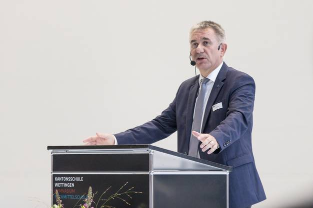 Alex Hürzeler hält eine Rede zur Eröffnung der Dreifachturnhalle der Kantonsschule Wettingen - speziell: sie liegt im Untergrund, unter dem künftigen Fussballfeld. (7. September 2018)