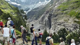 Zahlreiche Schaulustige verfolgten 2006 die Felsabbrüche an der Ostflanke des Eigers aus sicherer Entfernung (Archivfoto).