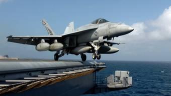 Ein US-Kampfflugzeug des Typs F/A-18E Super Hornet hebt von einem Flugzeugträger vor der Küste Somalias ab. (Archivbild)