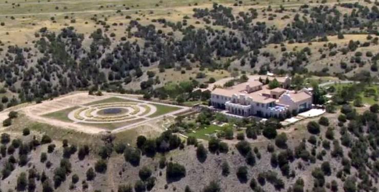 Die Zorro Ranch in Stanley, New Mexico gehörte dem mutmasslichen Sexualverbrecher. In den Gerichtsunterlagen hiess es, dass Epsteins Missbrauch von Mädchen in seiner Villa in Manhattan und anderen Wohnungen in Palm Beach, Florida, New Mexico und London stattfand.