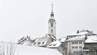 Der Oltner Stadtturm vor grauem Grund.