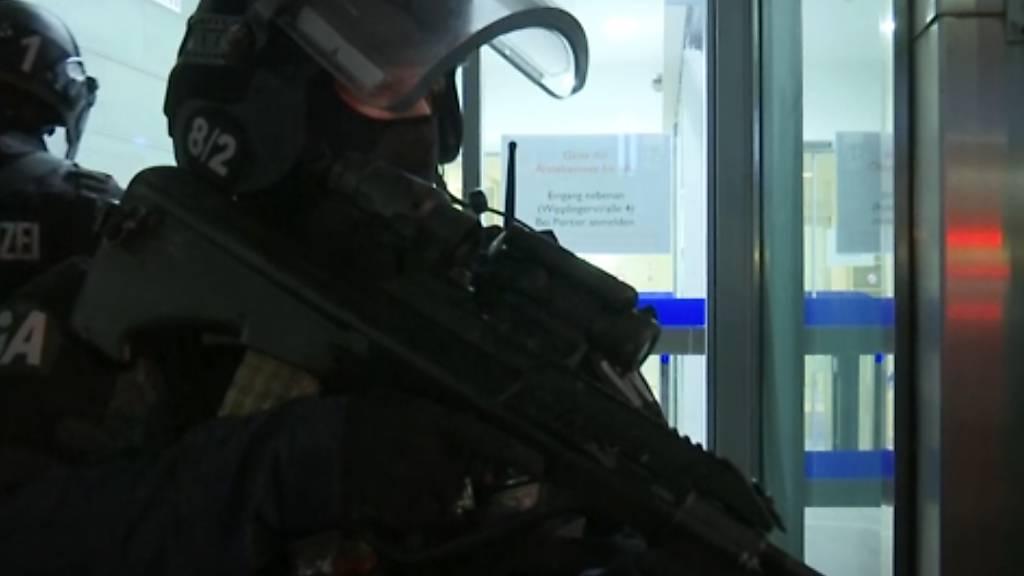 Schwerbewaffnete Einsatzkräfte sind nach den Schüssen in der Wiener Innenstadt im Einsatz. Foto: -/AP/dpa