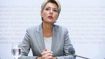 Bundesrätin Karin Keller-Sutter will den Strafuntersuchern mehr Möglichkeiten geben im Bereich der DNA-Analyse . (KEYSTONE/Anthony Anex)