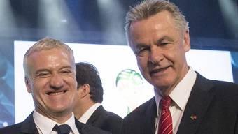 Auf ein Wiedersehen in Brasilien: Nationaltrainer Didier Deschamps (F) und Ottmar Hitzfeld (CH)