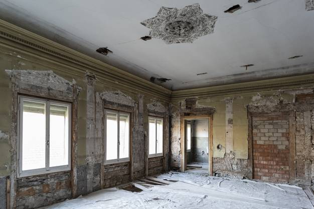 Der Ochsensaal diente als Festsaal, bevor er in den 1920er-Jahren in Hotelzimmer unterteilt wurde. An den Wänden sieht man noch die Abdrücke der abgeschlagenen Bekrönungen an den Fenstern.