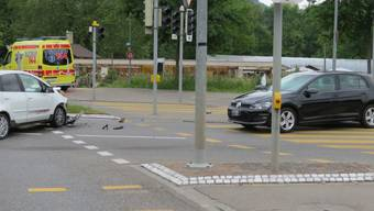 Nach bisherigen Erkenntnissen hatte eine 24-jährige Fahrerin mit mitgeführten Kleinkind an Bord  das Rotlicht missachtet (Auto rechts), als sie von der Mühlemattstrasse in Richtung Tellistrasse fuhr.