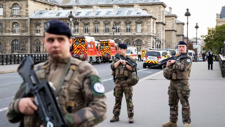 Die Sicherheitskräfte vor Ort im Einsatz.