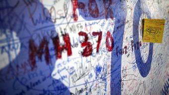 An einer Wand in Kuala Lumpur können Menschen ihre Wünsche und Hoffnungen für Flug MH370 loswerden.