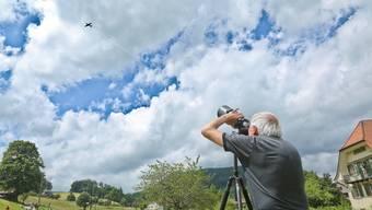Beim Bider-Fest in Langenbruck von gestern Samstag beobachtet ein Besucher ein Jagdflugzeug YAK 52, gesteuert von David Oldani. Lucas Huber