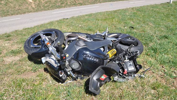 Der Motorradfahrer wurde bei dem Unfall mittelschwer verletzt und wurde von der Rega ins Spital gefolgen.