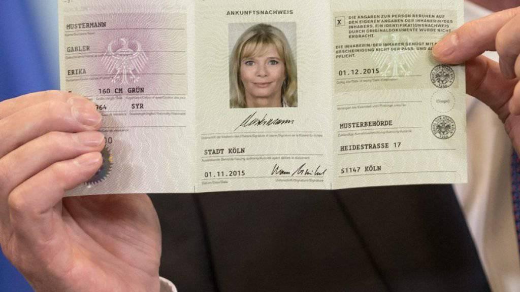 Der Ankunftsnachweis ist die ID für Flüchtlinge in Deutschland. Das Thema Migration ist in den Augen der Deutschen das Problem Nummer Eins. (Archiv)